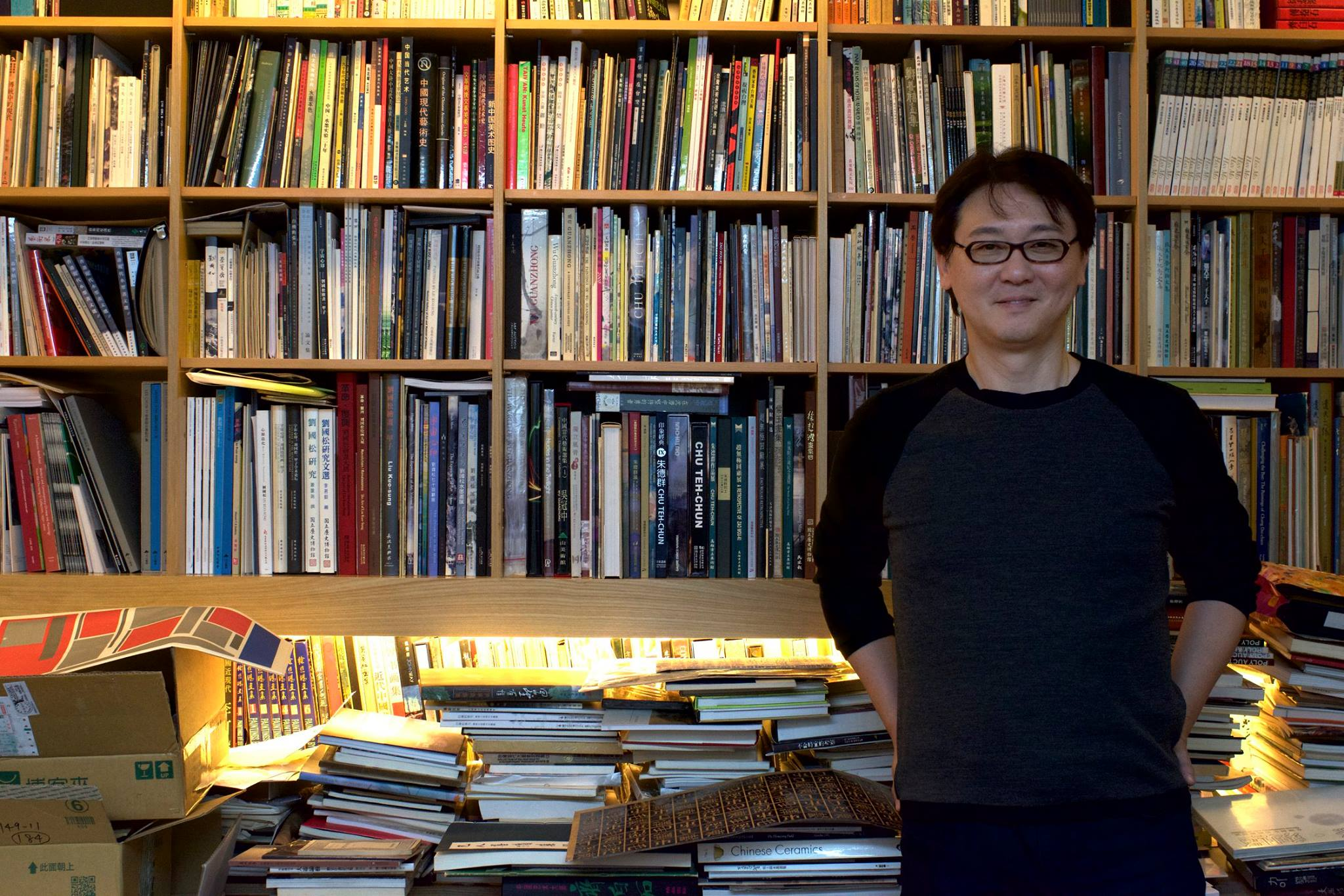 李君毅與他的格子書櫃