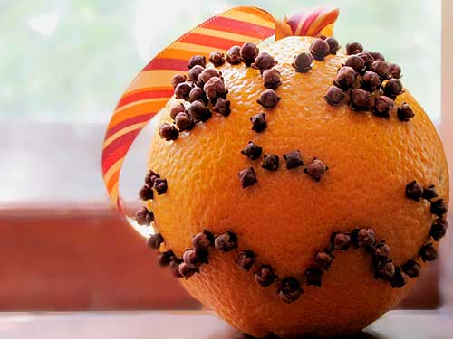 Orange and clove pomander. Photo by Wendy Piersall/Wikimedia Commons.