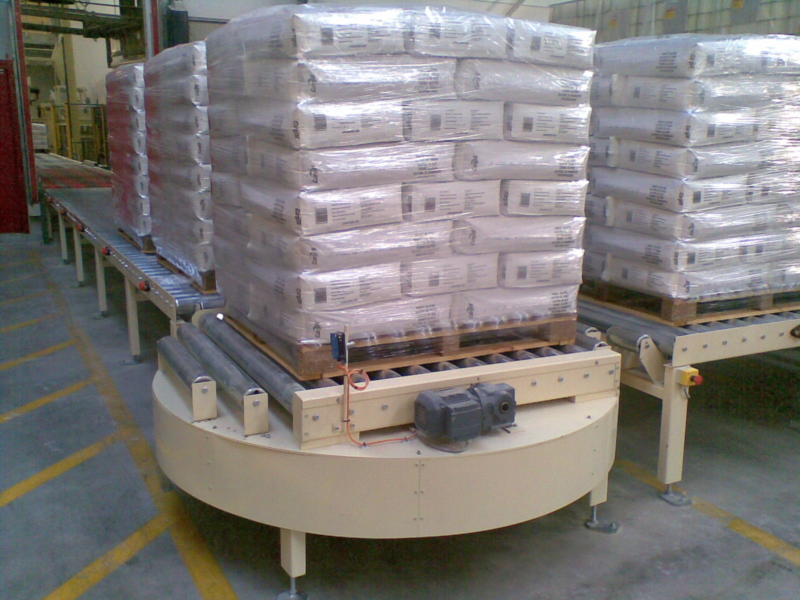 Turnable conveyor in use
