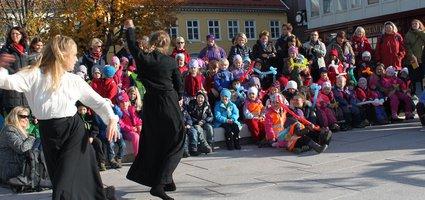 Barna fra Skirk-toget og dansere fra Studium Actoris.Foto: Inger Torill Solberg