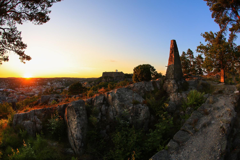 Minnestøtten og Normandstien ved Brådland Skanse. Klokketårnet skimtes i bakgrunn.