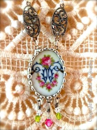 Stunning antique style, charming rose, broken china necklace.