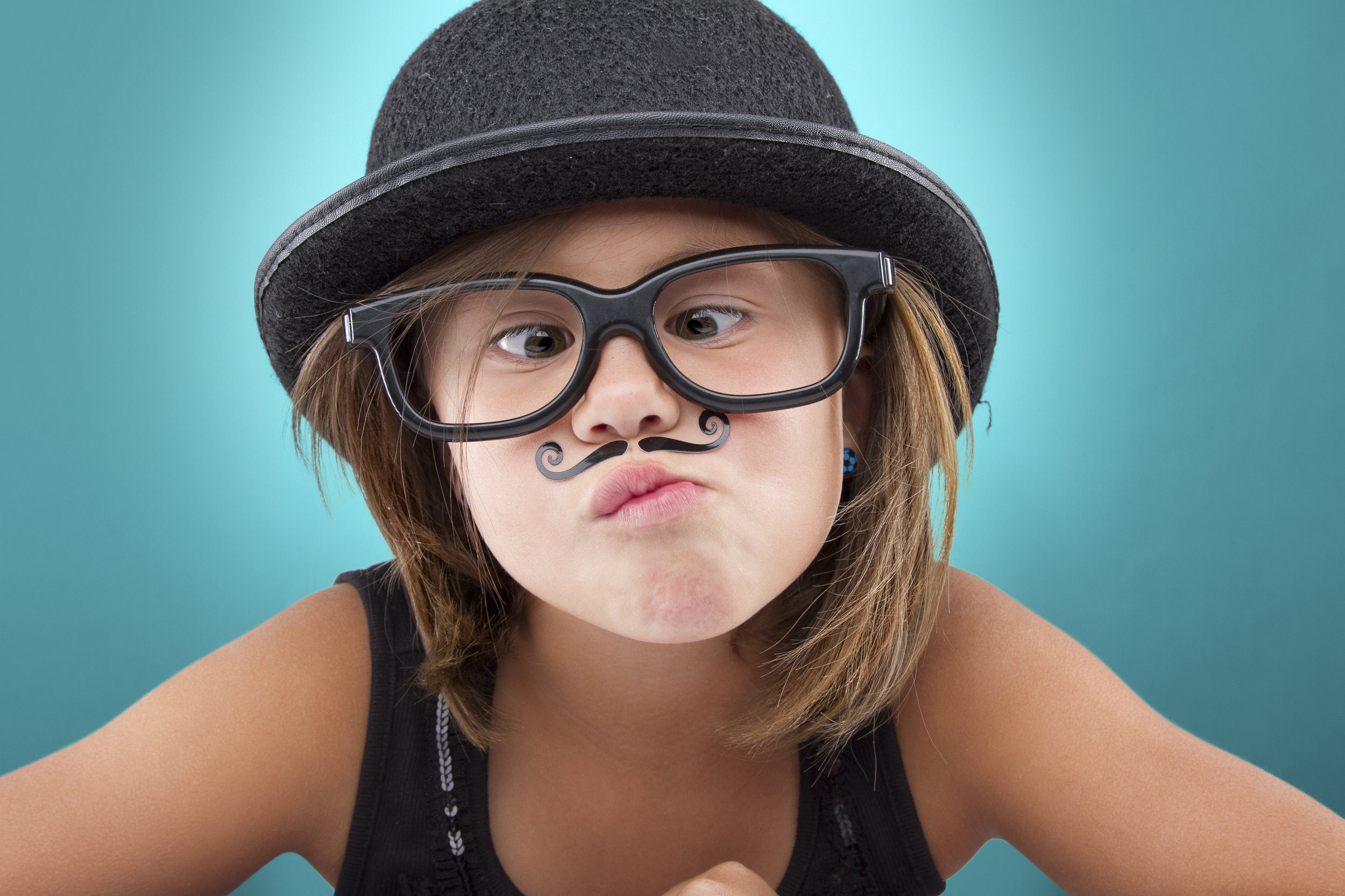 girl with hat and big glasses
