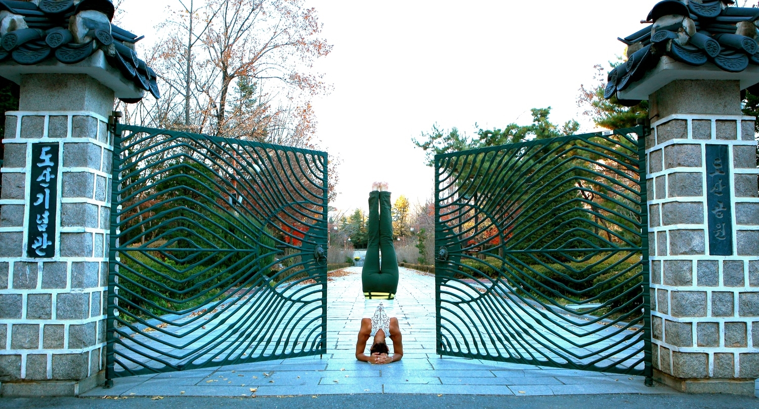 korea-2010-11_gate_headstand-2.jpg