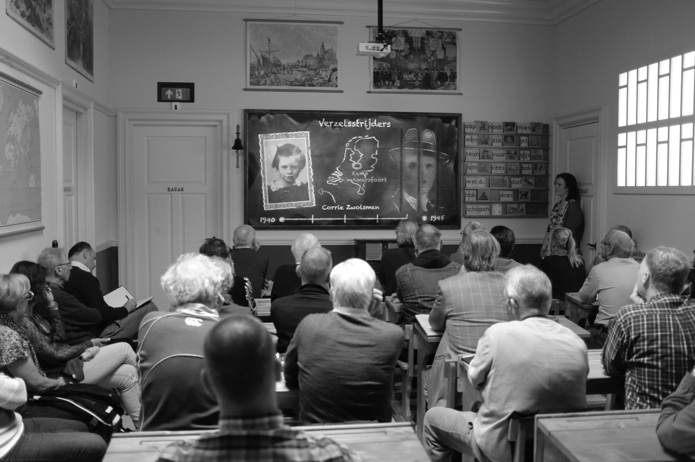 De museumdocenten in het leslokaal van de Klas van '45