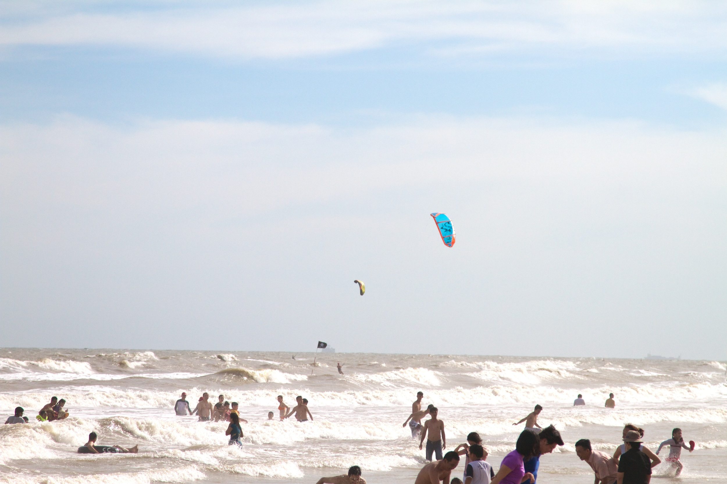 Vung Tau has onshore wind with waves and lots of people swimming  so really not a good spot to kite....jpg
