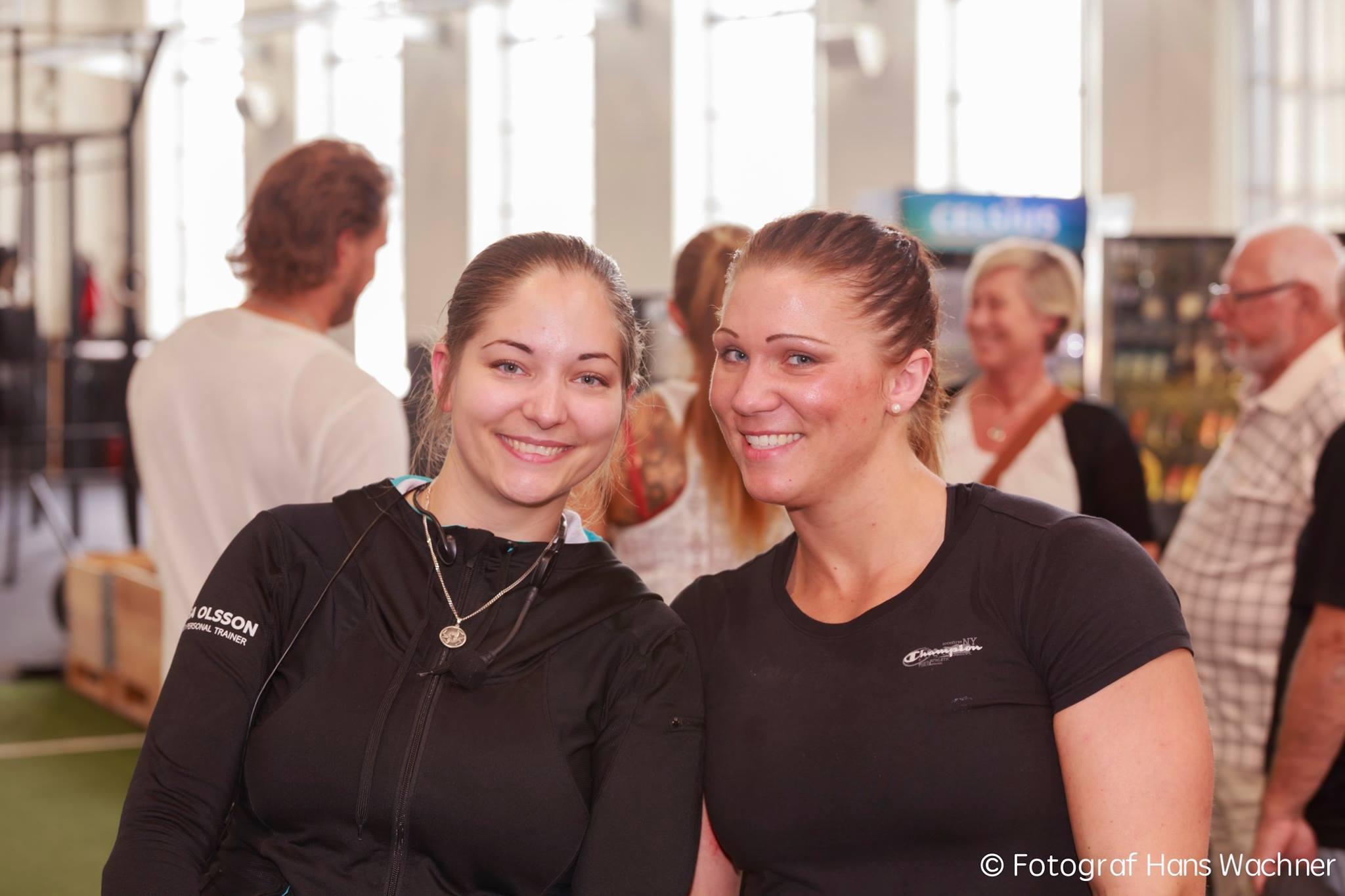 Jag (Isa Olsson) pratade i mikrofonen och Martina Andersson dömde tävlingen. Foto: Hans Wachner