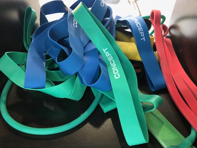 Gummiband   Gummiband har ett flertal olika användningsområden. De kan användas som hjälp för stretching och rehab, som hjälp vid tyngre övningar som chins och dips, eller för att försvåra benövningar.  Stora band; Grönt - Stark Lila - Medium/stark Svart - Medium/lätt Rött - Lätt  Små band; Blå - Stark Grön - Medium Röd - Lätt