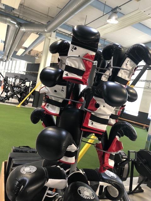 Boxutrustning   Handskar S/M Handskar L/XL  Små mitsar Sparkmitsar  4st säckar  Tänk på att lägga tillbaka utrustning om du tex flyttar säckar.