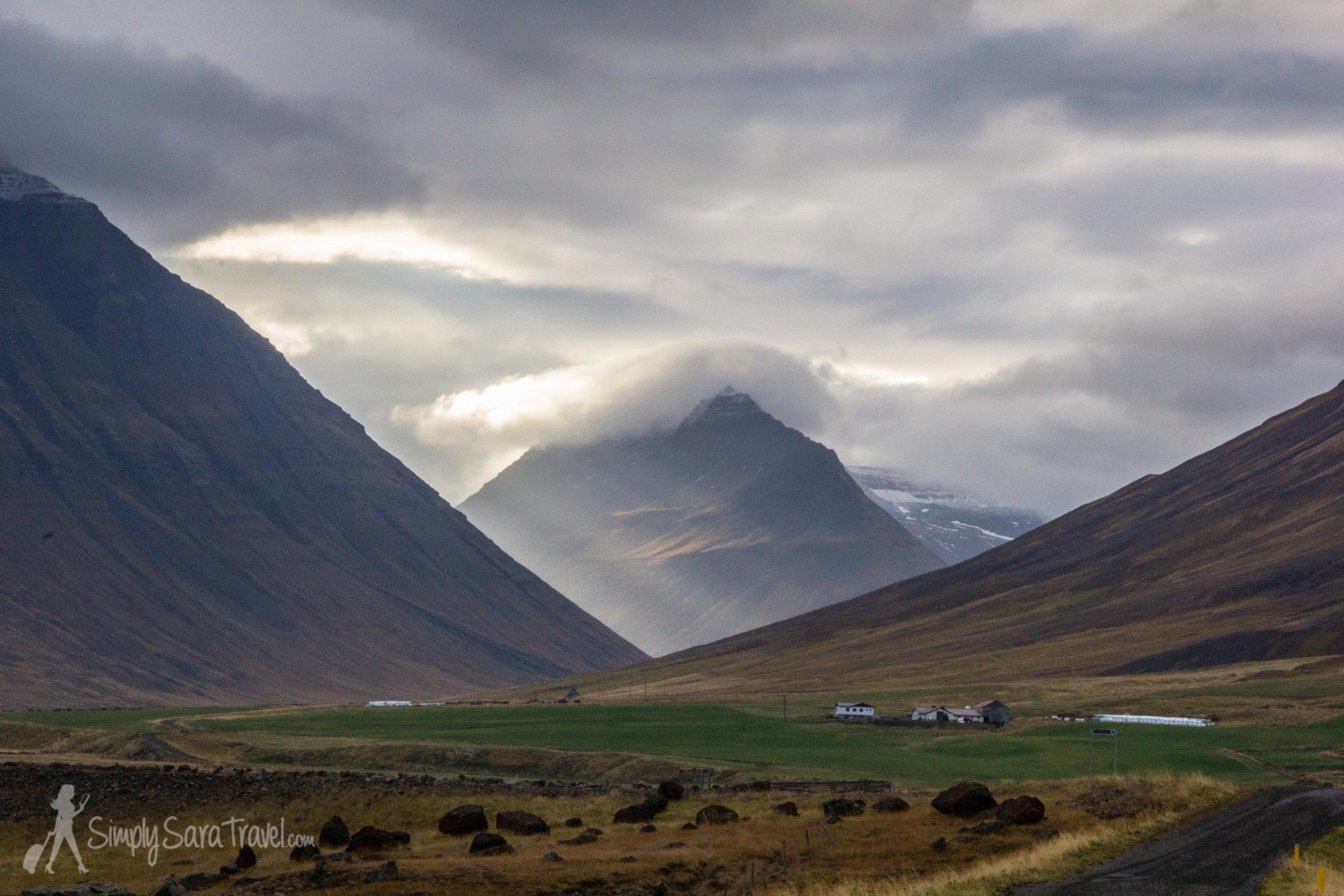 An Icelandic farm beneath the mountains.