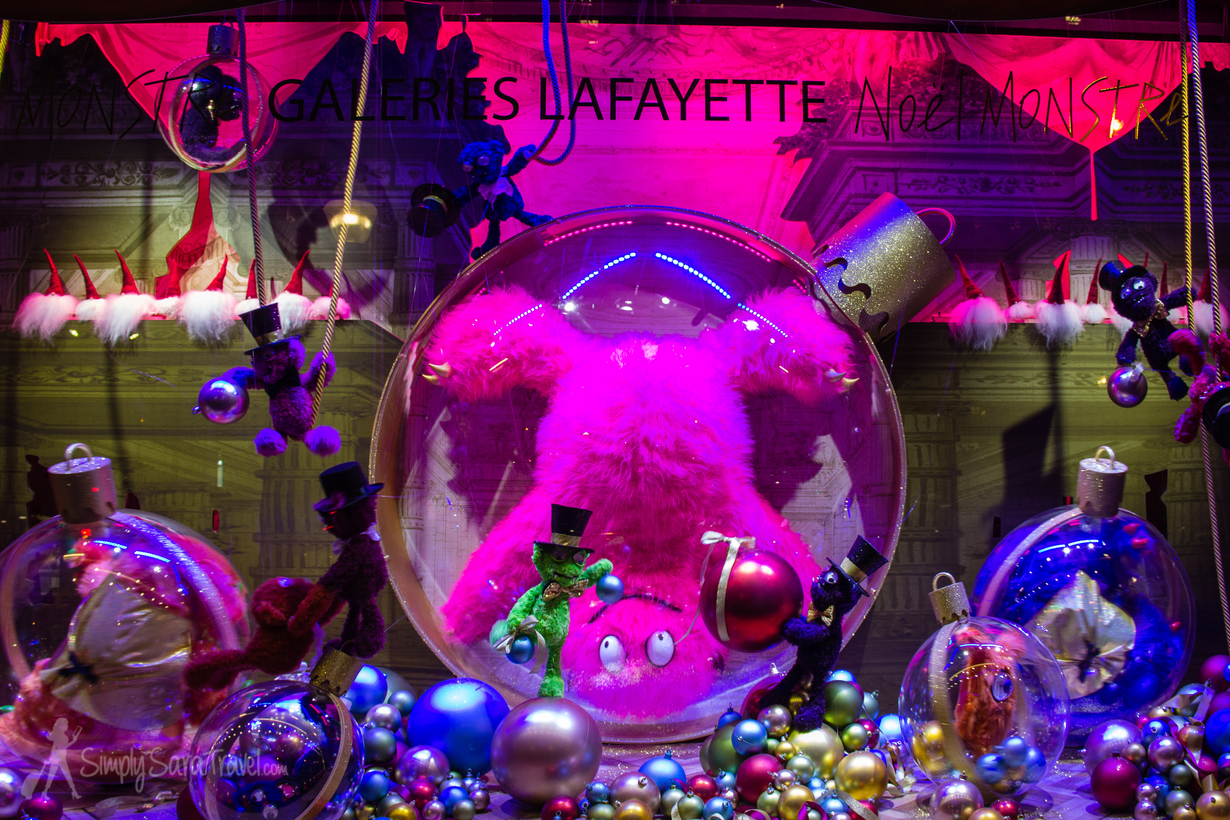 Gustave and friends have taken over Galeries Lafayette! To see a short clip of this window's animations, take a look at  my YouTube video .