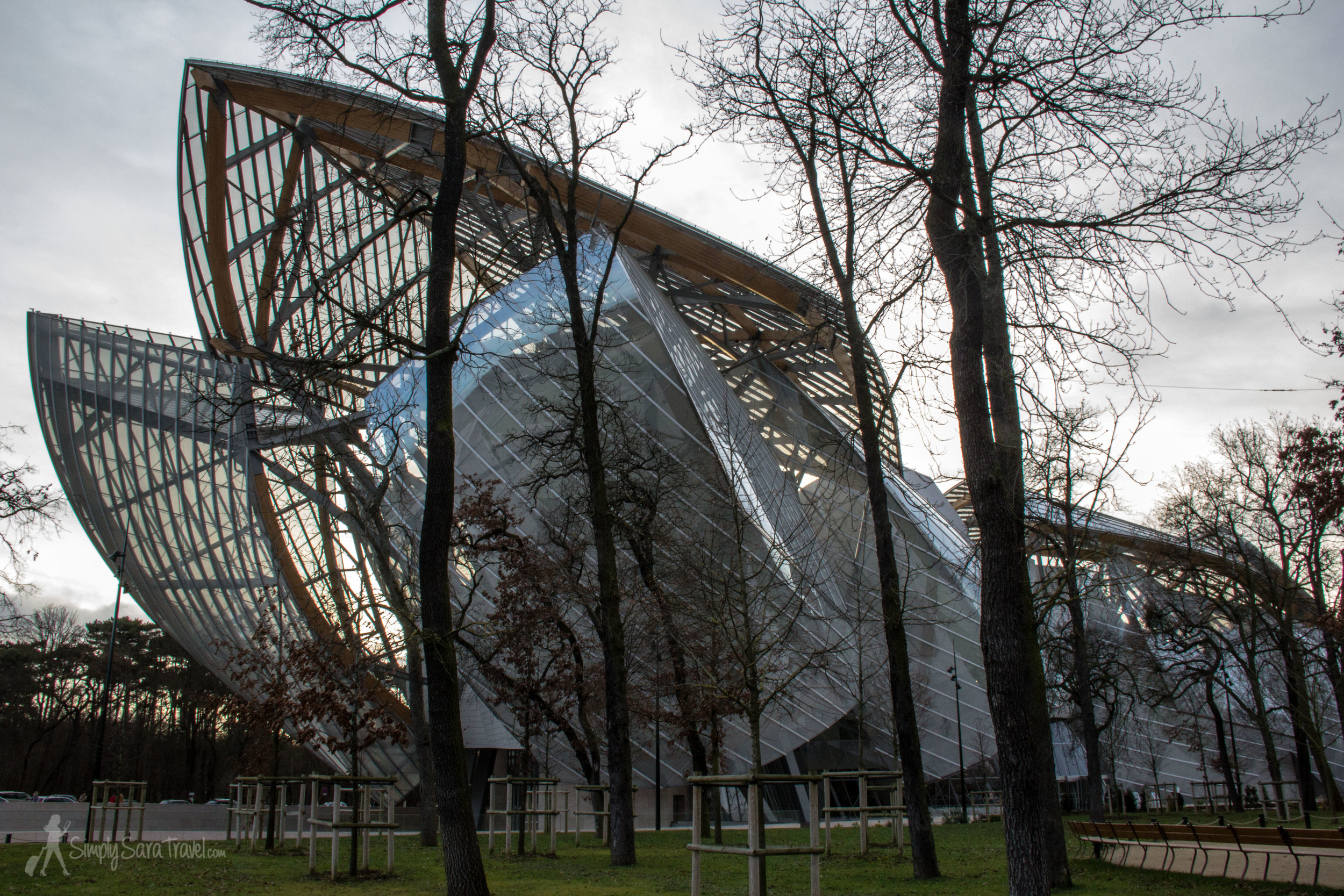 I wanted you to get a feel for the elements of the building before showing you the big picture if you are unfamiliar with it. Here it is, the ship-like Fondation Louis Vuitton sailing at the edge ofthe Jardin d'Acclimatation.