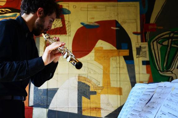 """Pendent l'éxecution de la pièce """"The Lines"""" du compositeur Denis Schuler à la Fondation Suisse Le Corbusier à Paris."""