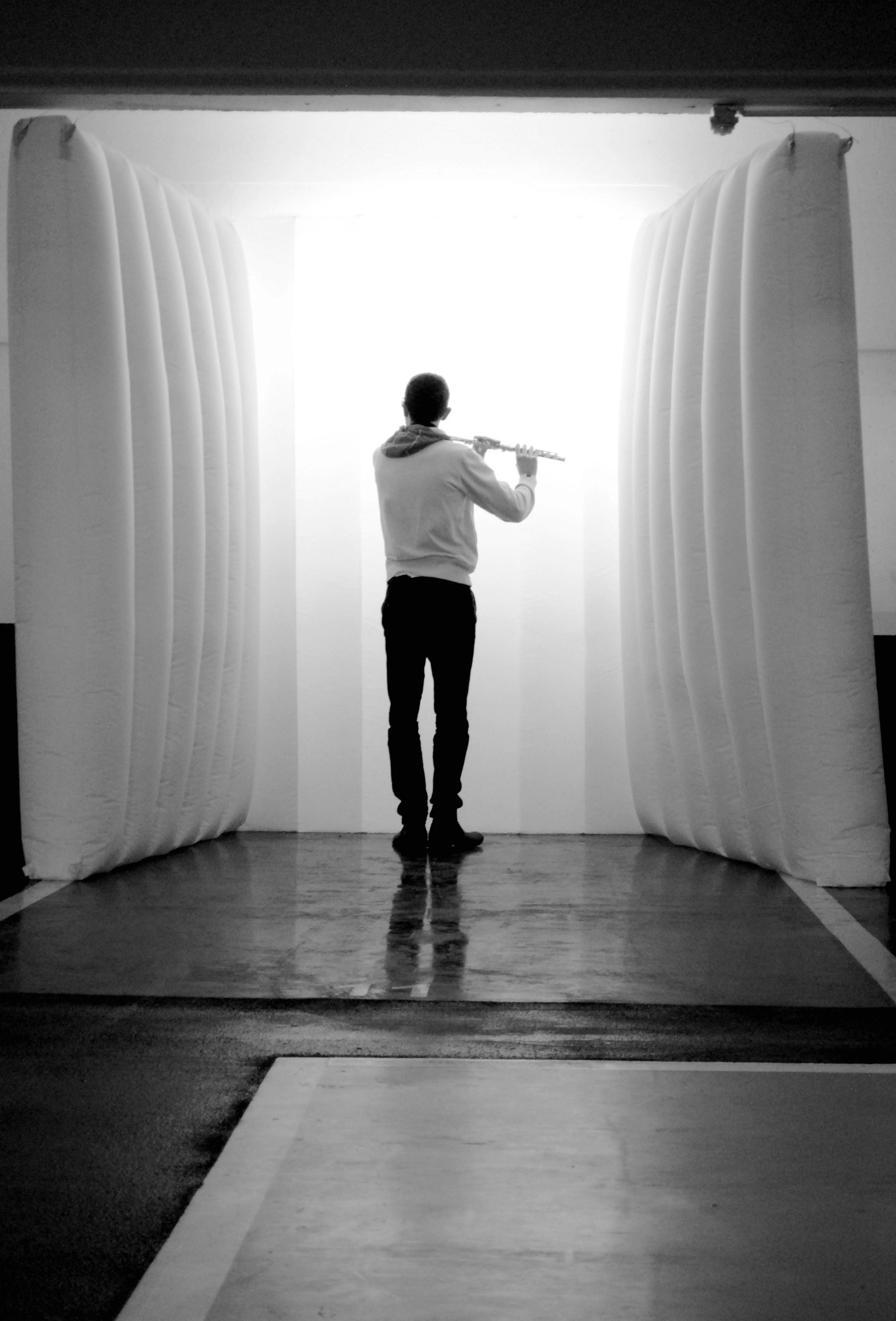 """Paolo Vignaroli intéragit avec l'oeuvre de l'artiste SHOI au cours d'une déambulation lors de l'exposition collective """"Appel d'air"""" - Grand Place d'Arras"""