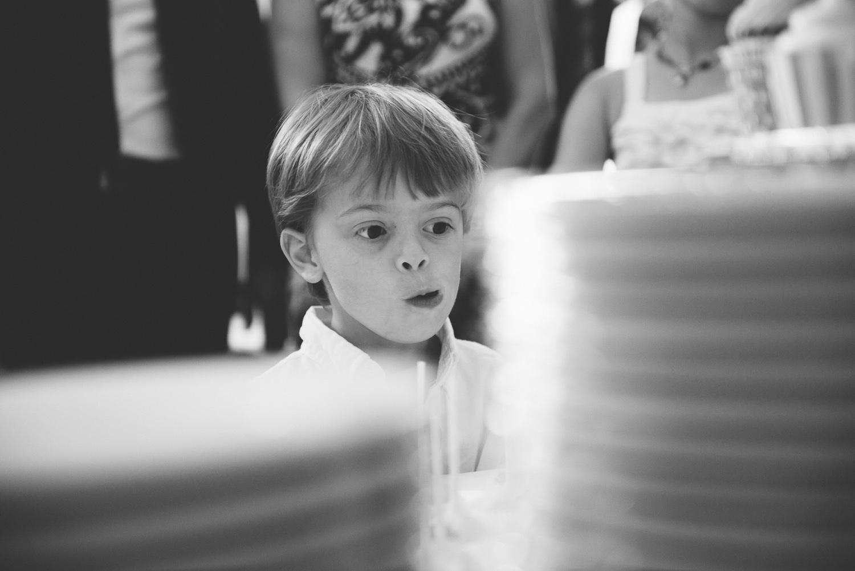 Kind und Hochzeitskuchen