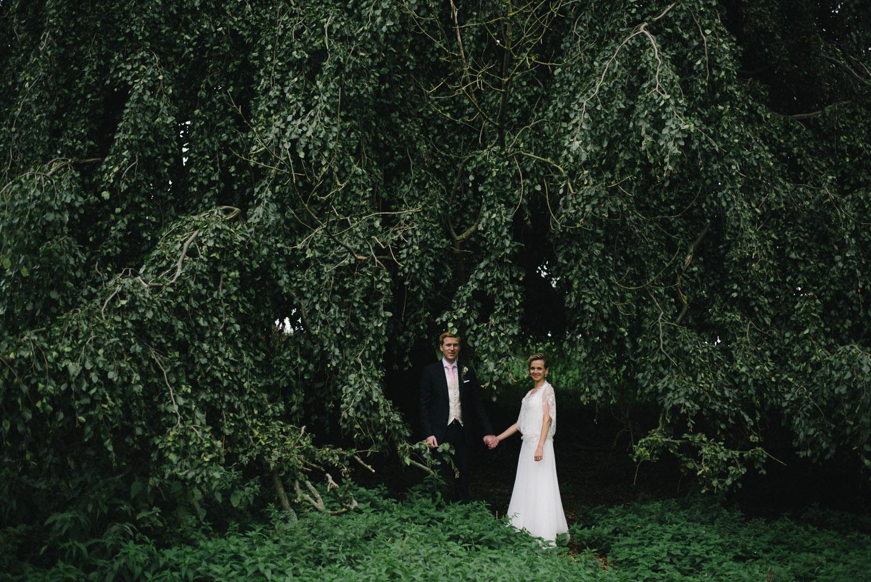 Hochzeit Bautpaar vor Baum Schloss Wedendorf
