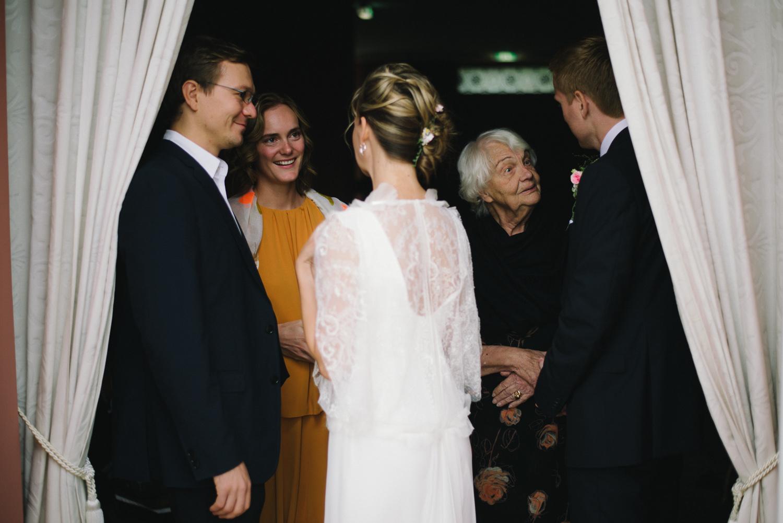 Hochzeitsgesellschaft und Braut Schloss Wedendorf