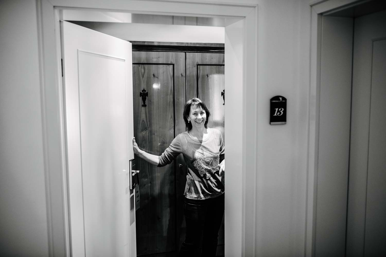 Brautmutter öffnet die Tür Vorbereitungen Hochzeit Rostocker Fotograf in Augsburg