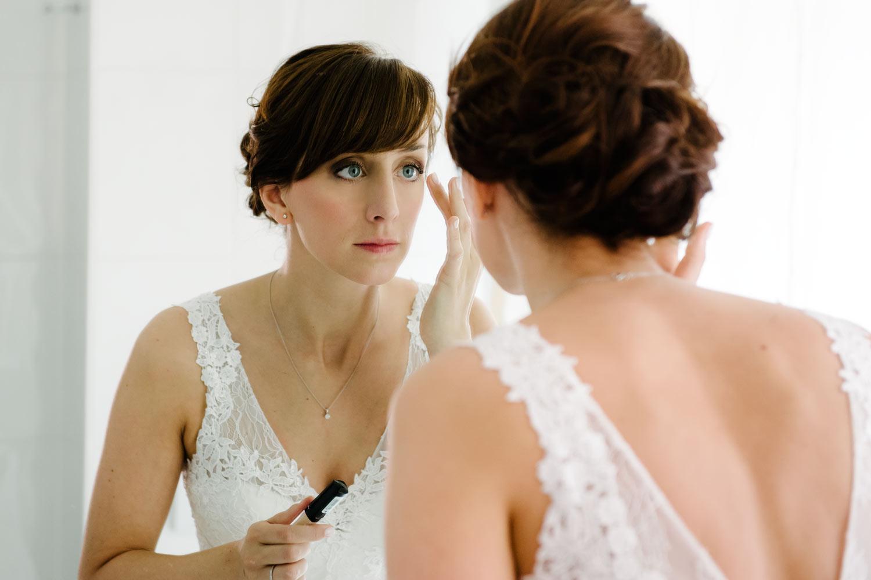 Braut portrait spiegel make up Vorbereitungen Hochzeit Rostocker Fotograf in Augsburg