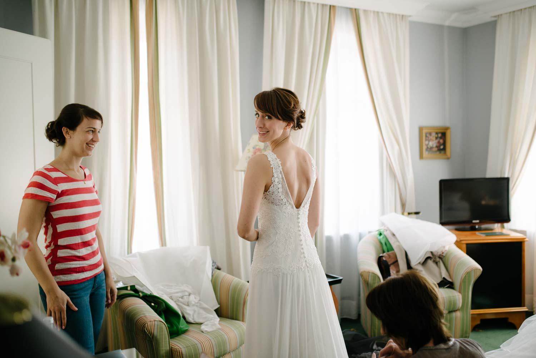 Braut im Kleid Rücken Ausschnitt Vorbereitungen Hochzeit Rostocker Fotograf in Augsburg