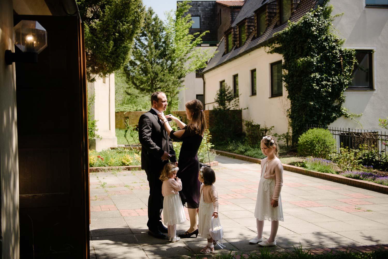 Blumenkinder und Trauzeugen warten vor der Kirche auf die Braut kirchliche Trauung Hochzeit Rostocker Fotograf in Augsburg