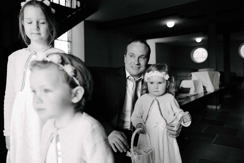 Hochzeitsgäste und Kinder schauen sich die Ankunft der Braut Hochzeit Rostocker Fotograf in Augsburg