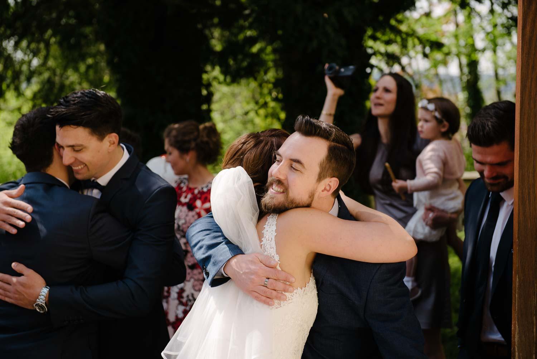 Hochzeitsgast mit Bart beglückwünscht die Braut Empfang Hochzeit Rostocker Fotograf in Augsburg