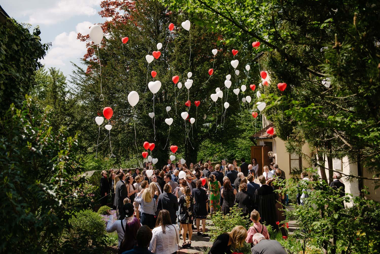 Rote und Weisse Ballons fliegen in den Himmel Empfang Hochzeit Rostocker Fotograf in Augsburg