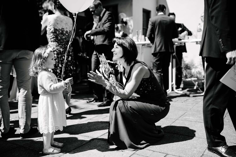 Brautmutter spielt mit Blumenmädchen Empfang Hochzeit Rostocker Fotograf in Augsburg