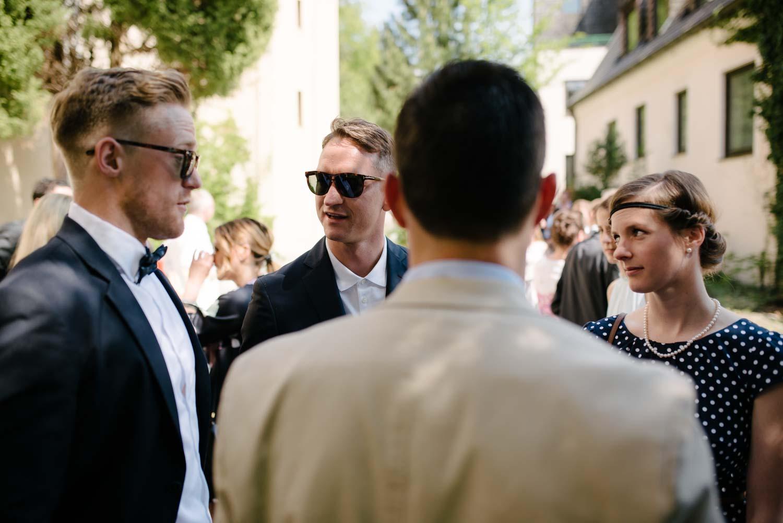 Trauzeugen und Hochzeitsgäste mit Sonnenbrille Empfang Hochzeit Rostocker Fotograf in Augsburg