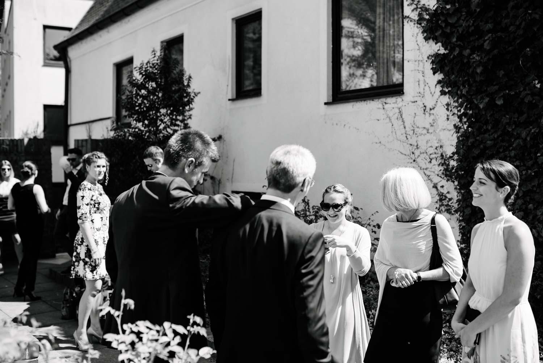 Familie beim Empfang Hochzeit Rostocker Fotograf in Augsburg