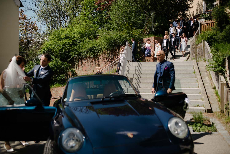 Brautpaar mit Hochzeitsauto Porsche  Hochzeit Rostocker Fotograf in Augsburg