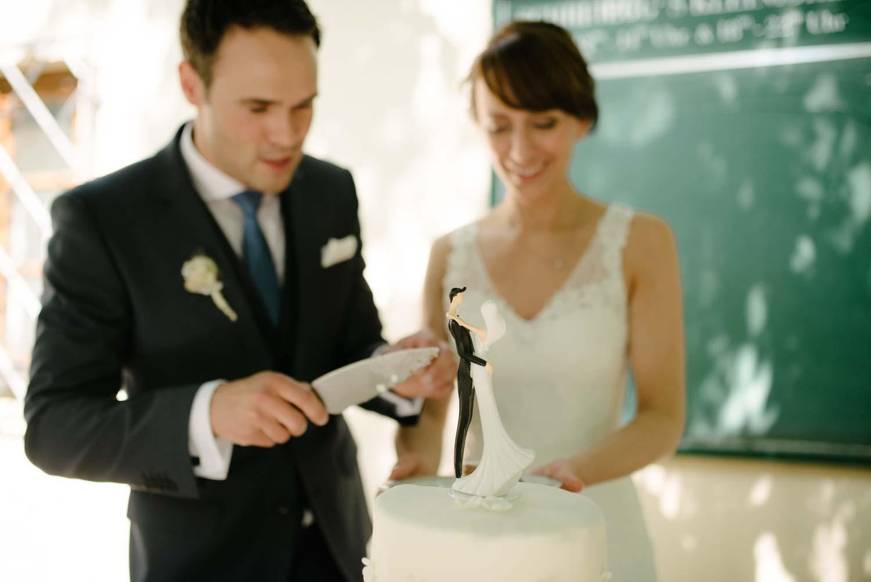 Hochzeitspaar beim anschnitt der Torte Kaffee Kuchen Hochzeit Rostocker Fotograf in Augsburg