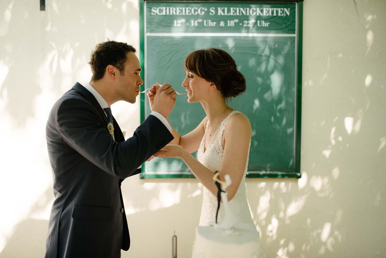 Brautpaar beim gegenseitigen füttern Kuchen Torte Kaffee Kuchen Hochzeit Rostocker Fotograf in Augsburg