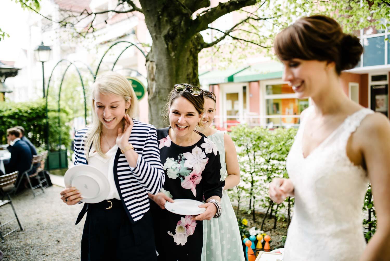 glückliche Hochzeitsgäste in Kleidern beim Kaffee Kuchen Hochzeit Rostocker Fotograf in Augsburg