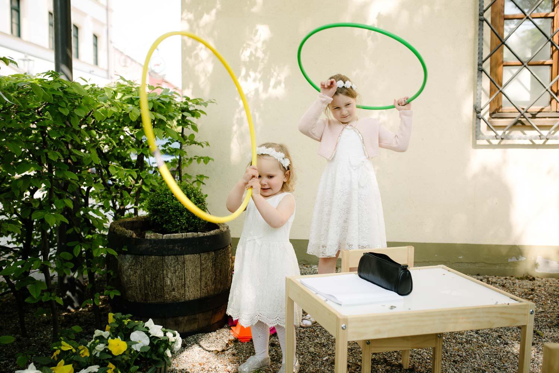 Blumenkinder spielen im Garten mit Ringen Hochzeit Rostocker Fotograf in Augsburg