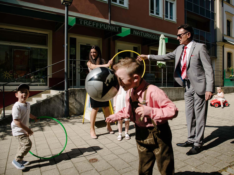 Erwachsene spielen mit Kindern Hochzeit Rostocker Fotograf in Augsburg