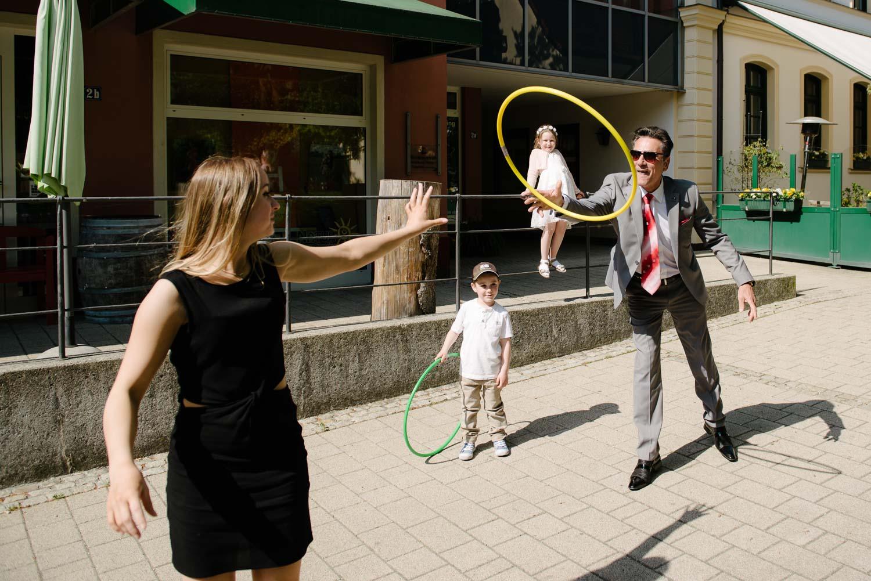 gast wirft mit gelbem Ring Hochzeit Rostocker Fotograf in Augsburg