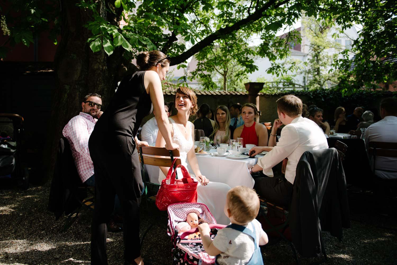 Braut im Gespräch Kaffee Kuchen Hochzeit Rostocker Fotograf in Augsburg