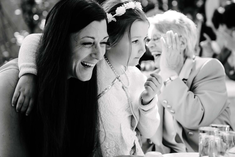 lachende Frauen mit Blumenkind Kaffee Kuchen Hochzeit Rostocker Fotograf in Augsburg
