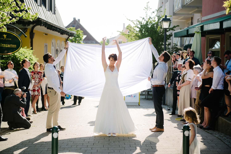 Braut wirft einen Teller zum Bräutigam Hochzeit Rostocker Fotograf in Augsburg