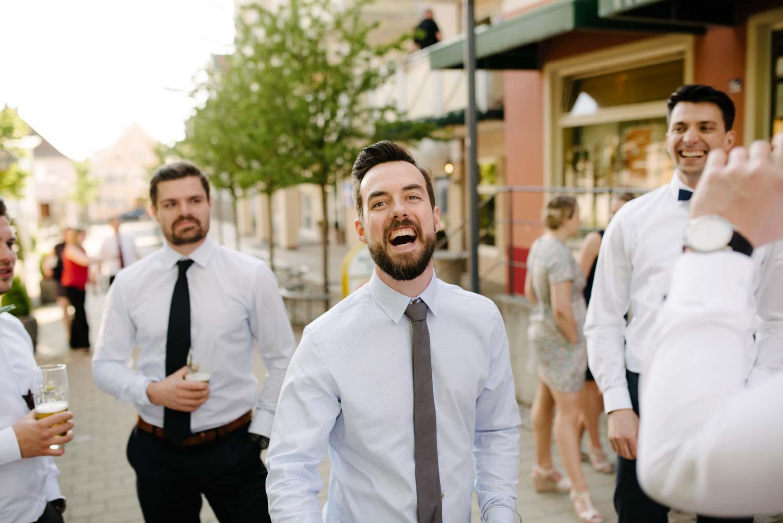 lachende Herren mit Schlips und Fliege Hochzeit Rostocker Fotograf in Augsburg
