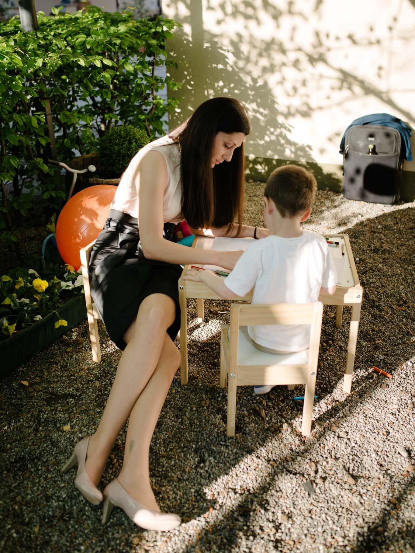 elegante Mutter spielt mit ihrem Kind und malt Hochzeit Rostocker Fotograf in Augsburg