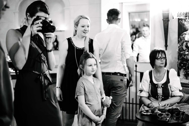 Hochzeitsgast fotografiert mit Polaroid Kamera Hochzeit Rostocker Fotograf in Augsburg