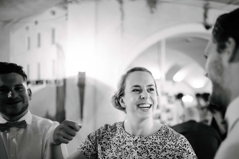 lachende Brautjungfer zwischen Herren in Fliege  Rostocker Fotograf in Augsburg
