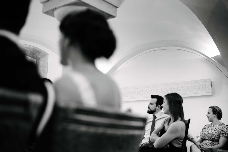 Hochzeitsgäste Paar hält Händchen beim Hochzeitsfilm Hochzeit Rostocker Fotograf in Augsburg