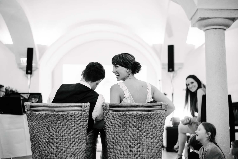 Braut dreht sich lachend um Hochzeit Rostocker Fotograf in Augsburg