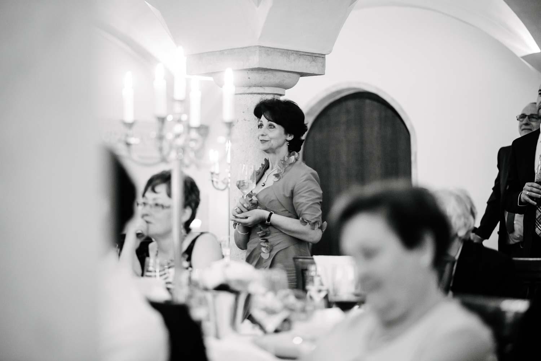 ältere elegante Dame mit Wein Glas Hochzeit Rostocker Fotograf in Augsburg