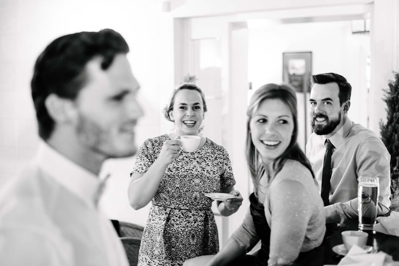 Hochzeitsgäste an der Bar mit Kaffee Hochzeit Rostocker Fotograf in Augsburg