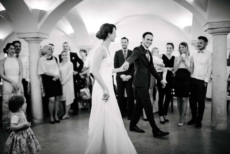 Braut und Bräutigam eröffnen den Hochzeitstanz Hochzeit Rostocker Fotograf in Augsburg